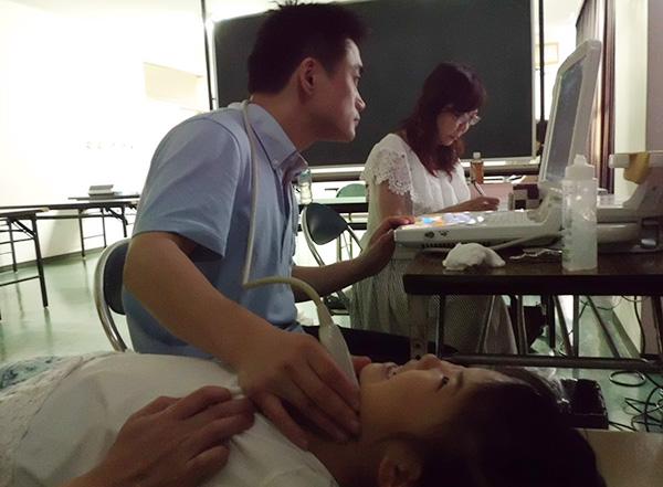 検診中の小野寺先生